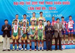 Các đồng chí lãnh đạo Sở VH-TT&DL, Tổng cục TDTT, Liên đoàn Mô tô - Xe đạp Việt Nam trao huy chương cho các vận động viên đạt nhất, nhì ba nội dung tính giờ đồng đội nam.