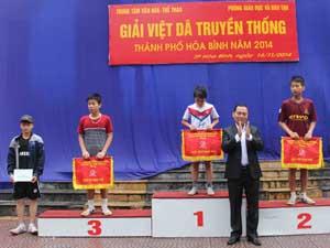 BTC trao cờ cho các đội đạt thành tích cao.