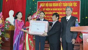 Đồng chí Trần Văn Hoàn, UVTV, Bí thư Thành ủy tặng quà chúc mừng KDC.