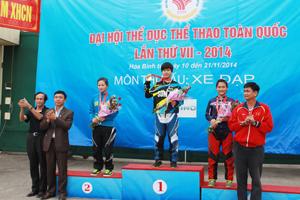 BTC trao giải cho các VĐV đoạt huy chương nội dung đổ đèo 1,3 km nữ (VĐV Lê Tú Oanh bên phải ảnh).