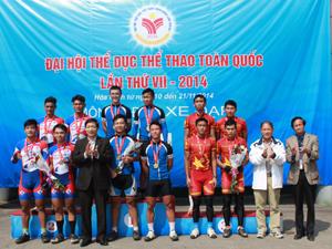 Đồng chí Bùi Văn Cửu, Phó Chủ tịch TT UBND tỉnh, trao huy chương cho các VĐV đoạt huy chương đồng đội nam băng đồng Ôlimpic./.