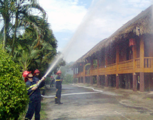 Lực lượng Cảnh sát PCCC&CN, CH (Công an tỉnh) phối hợp thực tập phương án chữa cháy tại khách sạn nhà sàn thuộc Công ty CP Du lịch Hoà bình.