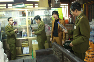 Kiểm tra mặt hàng rượu tại nhà hàng ẩm thực V'Star, phường Hữu Nghị, thành phố Hòa Bình.