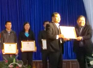 Lãnh đạo huyện Lạc Sơn trao giấy khen cho các cơ quan đạt danh hiệu văn hóa tiêu biểu giai đoạn 2009 – 2014.