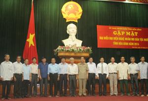Các đồng chí lãnh đạo tỉnh và các ông mo tại buổi gặp mặt đại biểu đại diện nghệ nhân mo dân tộc Mường năm 2014.