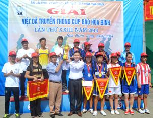Đồng chí Nguyễn Mạnh Tuấn, Phó TBT Báo Hòa Bình trao cúp vô địch cho đội huyện Đà Bắc. Ảnh CL.