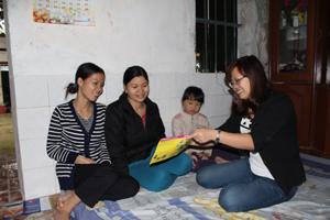 Cán bộ dân số thị trấn Kỳ Sơn truyền thông về nội dung nghiêm cấm lựa chọn giới tính thai nhi cho phụ nữ tiểu khu I.