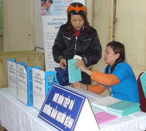 Cán bộ Bệnh viện Đa khoa tỉnh hướng dẫn người dân làm thủ tục khám - chữa bệnh bằng thẻ BHYT.