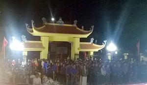 Lãnh đạo và nhân dân thị trấn Mai Châu dự lễ thắp nến tri ân các anh hùng liệt sỹ tại Nghĩa trang liệt sỹ huyện Mai Châu. (Ảnh CTV)
