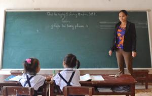 Cô giáo Bùi Thị Minh, giáo viên chủ nhiệm lớp 1+2, điểm trường Táu Nà luôn tìm tòi phương pháp giảng dạy mới sao cho gần gũi, dễ hiểu với các em học sinh.