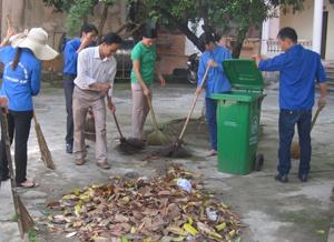 """Hưởng ứng phong trào xây dựng cơ quan, đơn vị văn hóa, CĐ cơ quan Huyện ủy Kim Bôi thường xuyên phát động """"ngày cuối tuần xanh"""" vệ sinh môi trường khuôn viên cơ quan sạch, đẹp."""