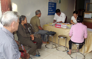 Cán bộ hưu trí chờ lĩnh lương hưu tại điểm phát ở bưu cục chợ Vó, xã Nhân Nghĩa (Lạc Sơn).