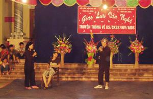 Thông qua hình thức sân khấu hoá, Hội PN đã lòng ghép nhiều chương trình tuyên truyền hiệu quả, thu hút đông đảo chị em, hội viên tham gia. (Ảnh: Đêm giao lưu văn nghệ truyền thông về DS /SKSS/HIV/AIDS tại xã Hợp Thịnh, huyện Kỳ Sơn).