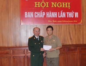 Tại hội nghị, hội viên Nguyễn Giang Nam (TP. Hòa Bình) đã ủng hộ 3 triệu đồng gây quỹ tặng quà Tết Nguyên đán Ất Mùi 2015 cho hội viên nghèo trong tỉnh.
