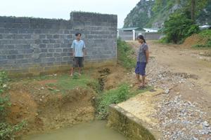 Người dân xóm Trại Ổi, xã Kim Truy (Kim Bôi) phản ánh tình trạng nguồn nước bị ảnh hưởng.