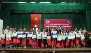 Đại diện lãnh đạo Sở LĐ-TB&XH và Công ty Bảo hiểm AIA Việt Nam tặng quà, học bổng cho học sinh nghèo.