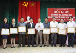 Lãnh đạo Huyện ủy Kỳ Sơn trao giấy khen cho các tập thể có thành tích xuất sắc trong phong trào xây dựng cơ quan, đơn vị, doanh nghiệp văn hoá 5 năm, giai đoạn 2009 – 2014