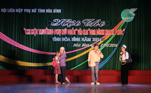 """Tiểu phẩm về chủ đề phòng - chống bạo lực gia đình và bình đẳng giới của CLB """"Gia đình hạnh phúc"""" xã Hòa Sơn (huyện Lương Sơn) nhận được sự cổ vũ nhiệt tình của khán giả."""