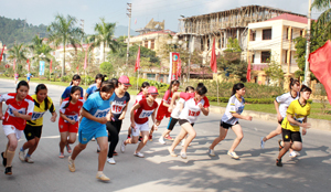 Các VĐV nữ THPT trong cuộc đua tài cự ly 4 km tại Giải việt dã truyền thống cúp Báo Hoà Bình.