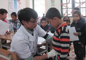 Các y- bác sỹ trẻ trong CLB thầy thuốc trẻ tỉnh khám sức khỏe  cho các em học sinh trường tiểu học Lỗ Sơn (Tân Lạc).