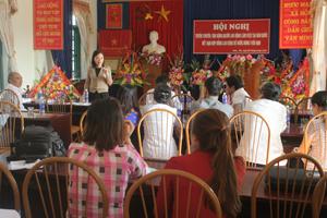 Đại diện lãnh đạo Trung tâm Lao động ngoài nước (Bộ LĐ-TB&XH) phổ biến những nội dung cơ bản về người lao động Việt Nam làm việc tại Hàn Quốc theo Chương trình EPS tại huyện Lương Sơn.