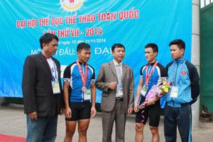Đồng chí Đinh Danh Hạnh, Phó giám đốc Sở VH - TT&DL trao đổi, chia sẻ cùng các HLV, VĐV đội tuyển xe đạp Hoà Bình tại Giải xe đạp toàn quốc (Đại hội TD-TT toàn quốc lần thứ VII) tại Hoà Bình.