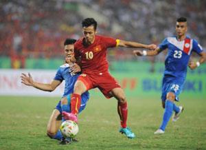 Pha tranh bóng giữa các cầu thủ đội tuyển Việt Nam và đội tuyển Phi-li-pin.    Ảnh: TRẦN HẢI