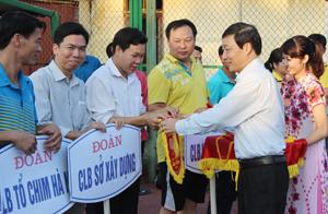 Đồng chí Bùi Văn Cửu, Phó Chủ tịch TT UBND tỉnh trao cờ lưu niệm cho các đoàn VĐV tham dự giải.