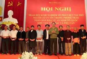 Già làng Xa Văn Thế (đứng thứ 3 từ phải sang) được Bộ trưởng Bộ Công an tặng kỷ niệm chương vì sự nghiệp BVANTQ.