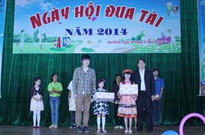 Ban tổ chức trao giải cho các cá nhân và đội đạt giải.