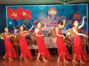Chi hội phụ nữ tổ 1 tham gia biểu diễn văn nghệ chào mừng ngày hội đại đoàn kết toàn dân trong tổ.