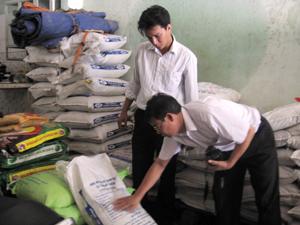 Sở NN&PTNT đề nghị cần tăng cường kiểm tra hoạt động kinh doanh thức ăn chăn nuôi để kiểm soát tình trạng sử dụng chất cấm trong thức ăn chăn nuôi (ảnh: lực lượng chức năng kiểm tra một cơ sở kinh doanh thức ăn chăn nuôi trên địa bàn thị trấn Mường Khến, Tân Lạc).