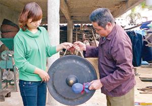 Nghệ nhân Bùi Thanh Mẻo, xã Dũng Phong (Cao Phong)  luôn nhiệt tình, tâm huyết truyền dạy cồng chiêng cho thế hệ trẻ.