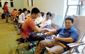Đông đảo cán bộ, viên chức, người lao động huyện Lạc Sơn tham gia hiến máu tình nguyện đợt 2 năm 2015.