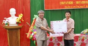 Đồng chí Hoàng Thanh Mịch, Chủ tịch UBMTTQ tỉnh trao quà của Tỉnh ủy, HĐND, UBND cho nhân dân xóm Cảng, xã Bình Cảng.