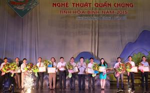 Đồng chí Nguyễn Văn Chương, Phó Chủ tịch UBND tỉnh và lãnh đạo Sở VH-TT&DL trao hoa và  giải toàn đoàn cho các đoàn tham gia.