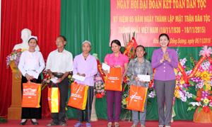 Đồng chí Trương Thị Ngọc Ánh, Phó Chủ tịch Ủy ban Trung ương MTTQ Việt Nam tặng quà cho 5 hộ gia đình chính sách, nạn nhân CĐDC, hộ nghèo của thôn.