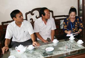 Cán bộ Phòng VH &TT huyện và thị trấn Đà Bắc trao đổi với  đồng chí Nguyễn Quang Hà, Trưởng tiểu khu Thạch Lý (giữa) về tình hình bình xét gia đình văn hóa trên địa bàn.