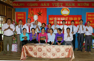 Nhân dân xóm Nghẹ ký giao ước thi đua giữa các, hội, đoàn thể và hộ gia đình.