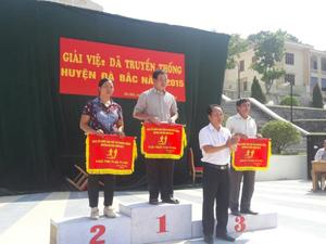 BTC trao giải nhất, nhì, toàn đoàn cho các đơn vị tại giải việt dã huyện Đà Bắc năm 2015.