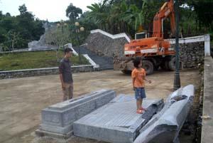 Bia giới thiệu về di tích lịch sử cấp quốc gia Tượng đài  Anh hùng Cù Chính Lan tại xóm Mỗ I, xã Bình Thanh (Cao Phong) đã bị gẫy đổ.