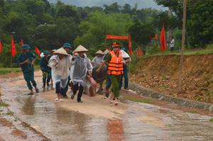 Tổ chức diễn tập di dời, sơ tán các hộ dân xã Nam Thượng (huyện Kim Bôi) từ vùng nguy hiểm đến nơi tạm trú để kiểm soát khả năng bị thiệt hại về người khi có thiên tai bão, lũ xảy ra.