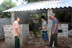 Chi bộ xóm Chông,  xã Đông Lai (Tân Lạc) vận động nhân dân xây dựng chuồng trại nuôi nhốt gia súc, chấm dứt tình trạng chăn thả rông.