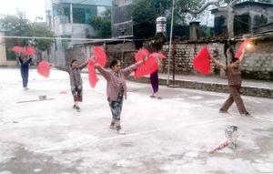 Một buổi luyện tập của CLB dưỡng sinh tổ 8, phường Tân Hoà (TP Hoà Bình).