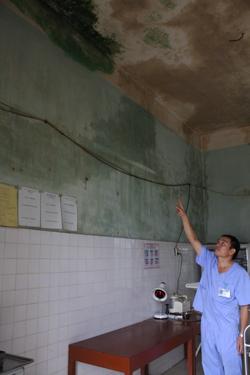 Dãy nhà mái bằng, gồm 4 phòng làm việc được coi là khang trang nhất giờ xuất hiện nhiều vết nứt trên tường, trần nhà bị thấm dột nặng, loang lổ vết mốc xanh.