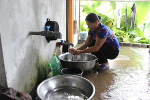 Nhân dân xã Dân Hạ, Kỳ Sơn được sử dụng nước sạch hợp vệ sinh.