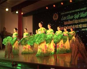 Các diễn viên không chuyên của ngành NN&PTNT thể hiện tài năng múa hát trên sân khấu.
