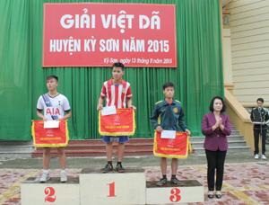 Lãnh đạo UBND huyện trao giải nội dung đồng đội nam chính.