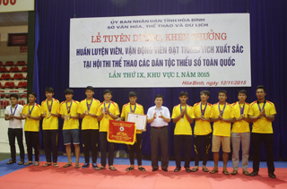 Đồng chí Nguyễn Văn Chương,  Phó Chủ tịch UBND tỉnh tặng bằng khen cho các vận động viên đạt huy chương vàng.