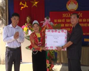 Đồng chí Hoàng Văn Tứ,  UVTV, Phó Chủ tịch HĐND tỉnh tặng quà chúc mừng ngày hội KDC xóm Bin.